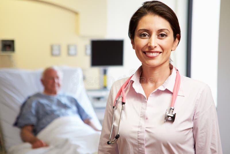 Retrato del fondo femenino del doctor With Patient In imagen de archivo libre de regalías