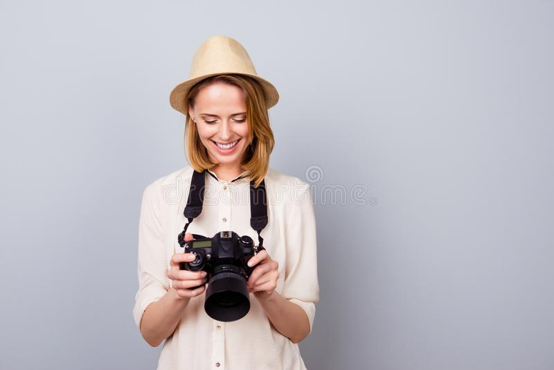 Retrato del fotógrafo bastante joven en el sombrero de paja que lleva a cabo el camer fotos de archivo