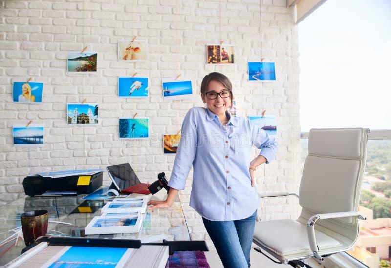 Retrato del funcionamiento confiado feliz de la muchacha de la mujer como artista fotografía de archivo