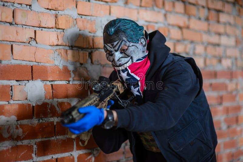 Retrato del gángster en máscara con el arma fotografía de archivo