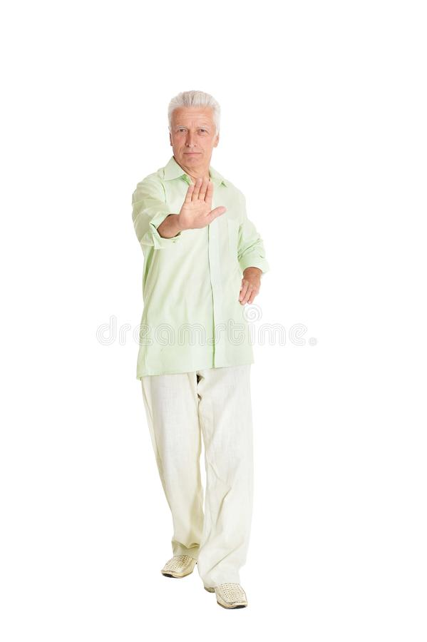Retrato del gesto de la parada de la demostración del hombre mayor en el fondo blanco imagen de archivo libre de regalías
