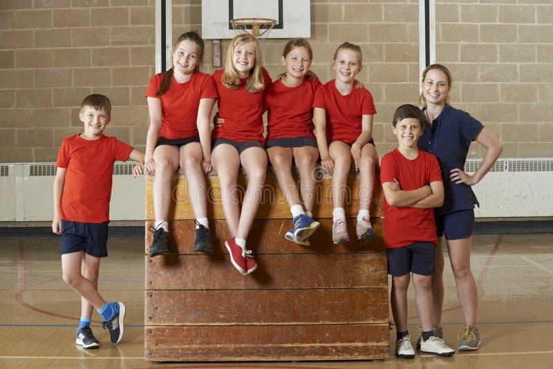 Retrato del gimnasio Team Sitting On Vaulting Horse de la escuela imagen de archivo libre de regalías