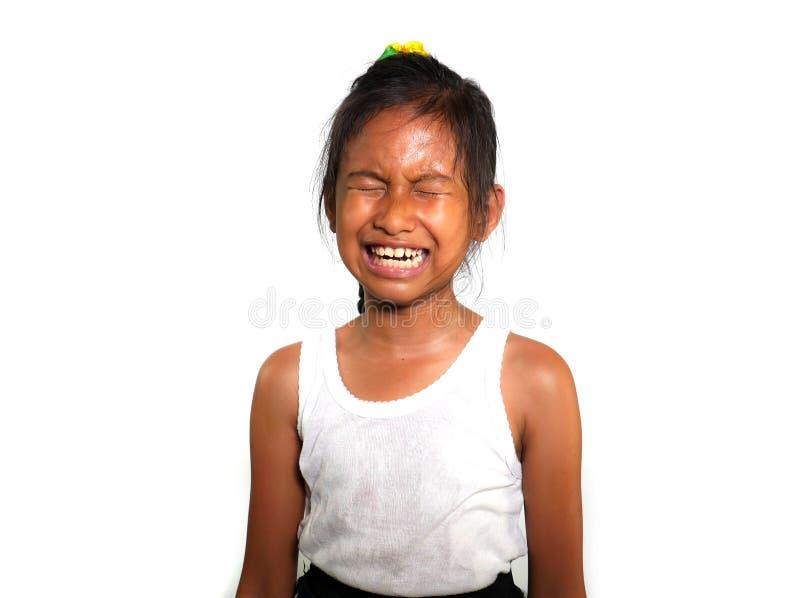 Retrato del griterío del niño 8 o 9 de los años femeninos dulces y lindos triste en el dolor que siente infeliz y trastornado ais fotos de archivo