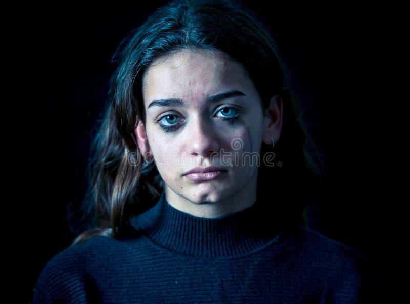 Retrato del griter?o triste, infeliz de la chica joven Desamparado, deprimido fotografía de archivo