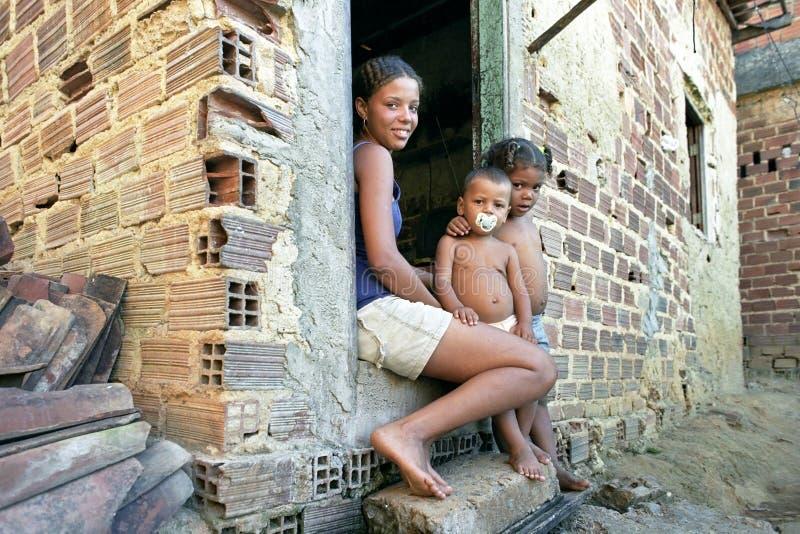 Retrato del grupo de adolescente brasileño y de niños foto de archivo