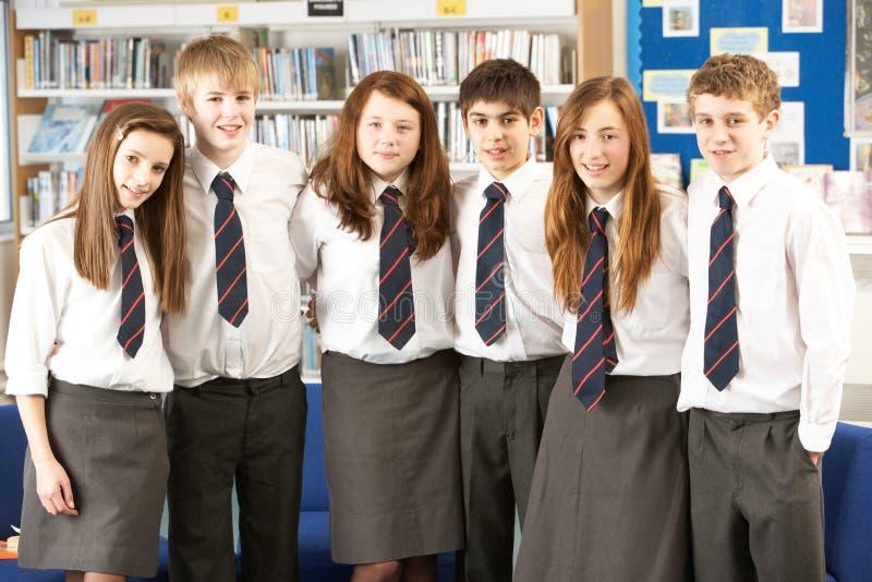Retrato del grupo de estudiantes adolescentes en biblioteca imagenes de archivo