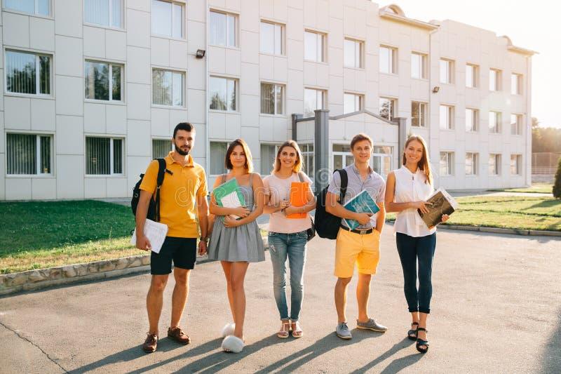 Retrato del grupo de estudiantes felices en equipo casual con los libros fotografía de archivo libre de regalías