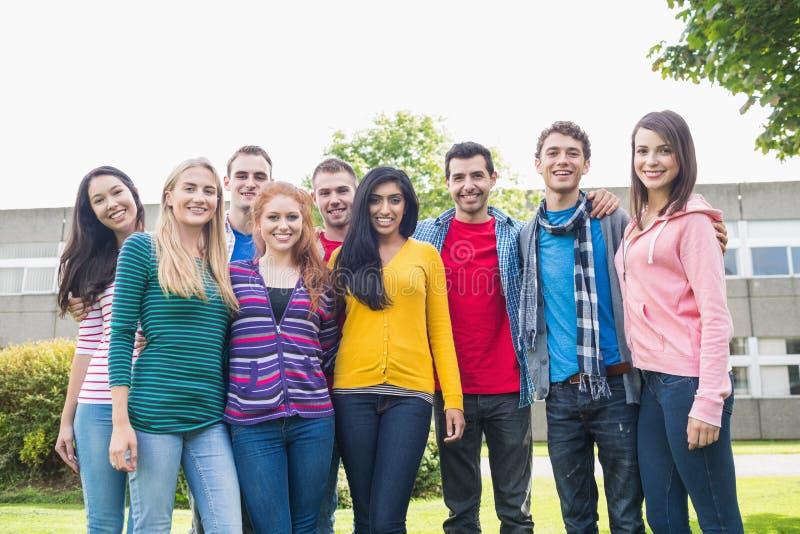 Retrato del grupo de estudiantes universitarios en el parque imagen de archivo libre de regalías