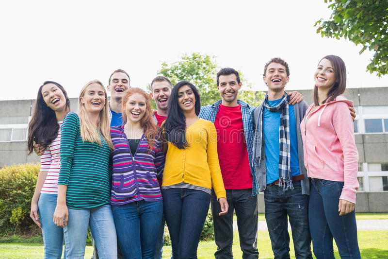 Retrato del grupo de estudiantes universitarios en el parque fotos de archivo libres de regalías