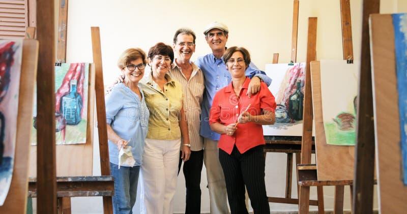 Retrato del grupo de las personas mayores que sonríen en Art School fotos de archivo