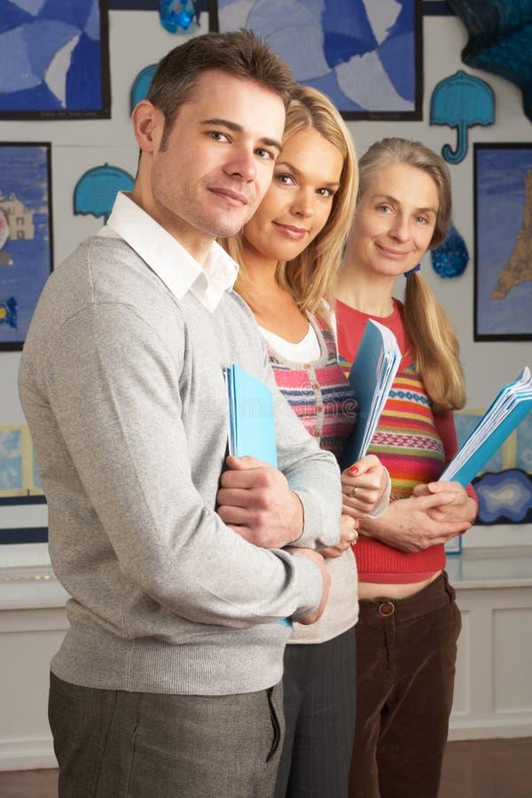 Retrato del grupo de profesores en sala de clase foto de archivo