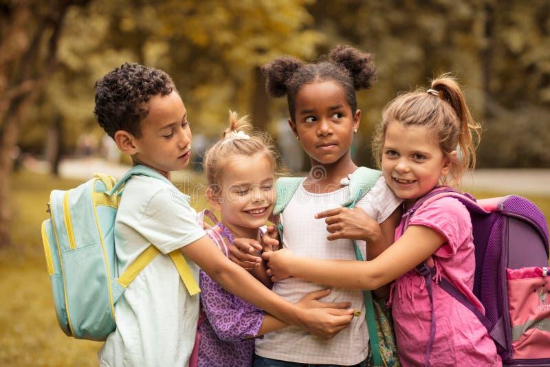 Retrato del grupo medio de niños Pequeños amigos felices fotos de archivo libres de regalías