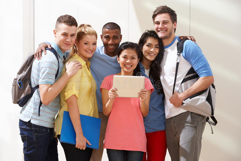 Retrato del grupo Multi-étnico de estudiantes en sala de clase fotos de archivo