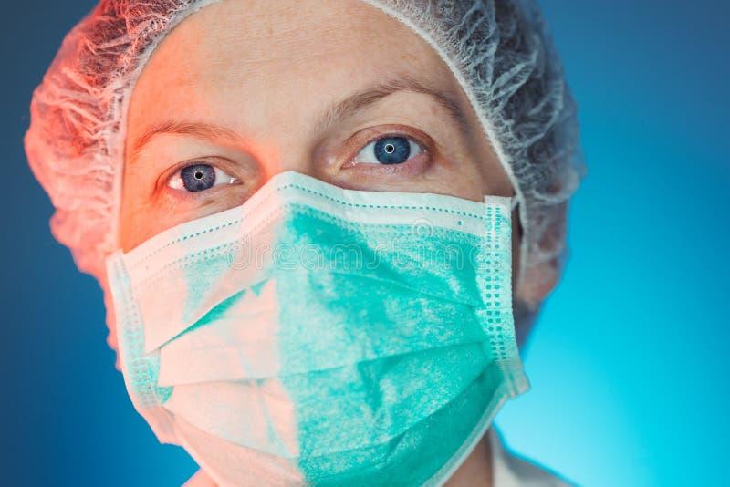 Retrato del Headshot de la atención sanitaria femenina profesional en uniforme imagenes de archivo