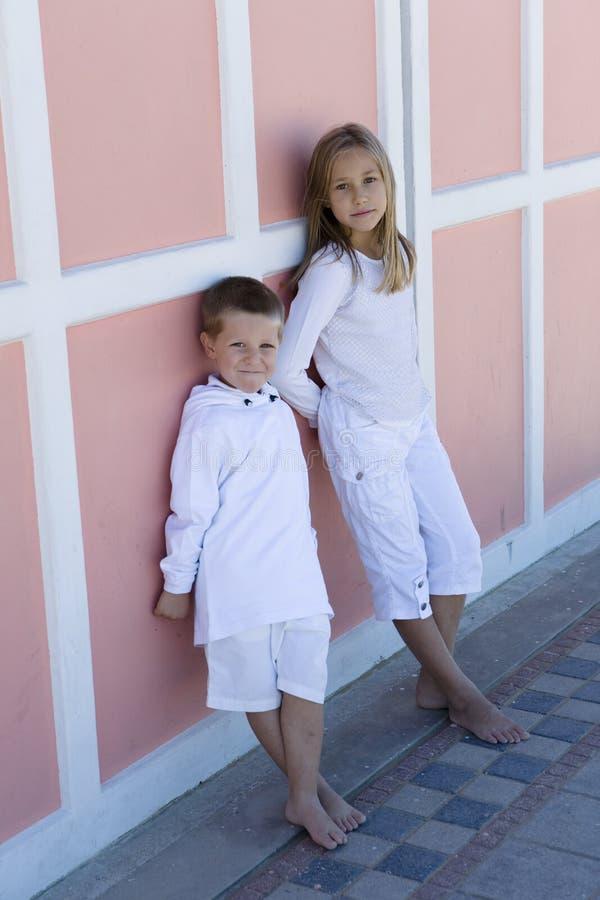 Retrato del hermano y de la hermana bonitos imagen de archivo