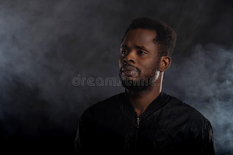 Retrato del hombre africano joven hermoso en fondo negro foto de archivo libre de regalías