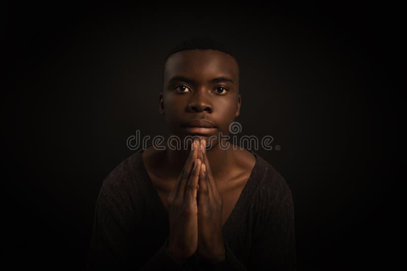 Retrato del hombre africano joven, mirando la cámara con la expresión seria fotos de archivo