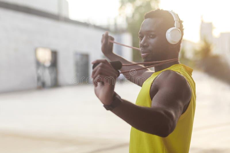 Retrato del hombre afro deportivo hermoso que lleva a cabo la comba foto de archivo libre de regalías