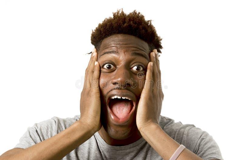 Retrato del hombre afroamericano atractivo joven sorprendido con la boca abierta y los ojos abiertos de par en par imágenes de archivo libres de regalías
