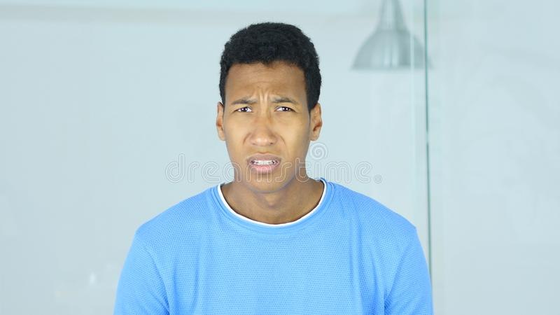 Retrato del hombre afroamericano gritador enojado hacia cámara imágenes de archivo libres de regalías