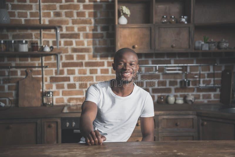 Retrato del hombre afroamericano hermoso feliz joven foto de archivo