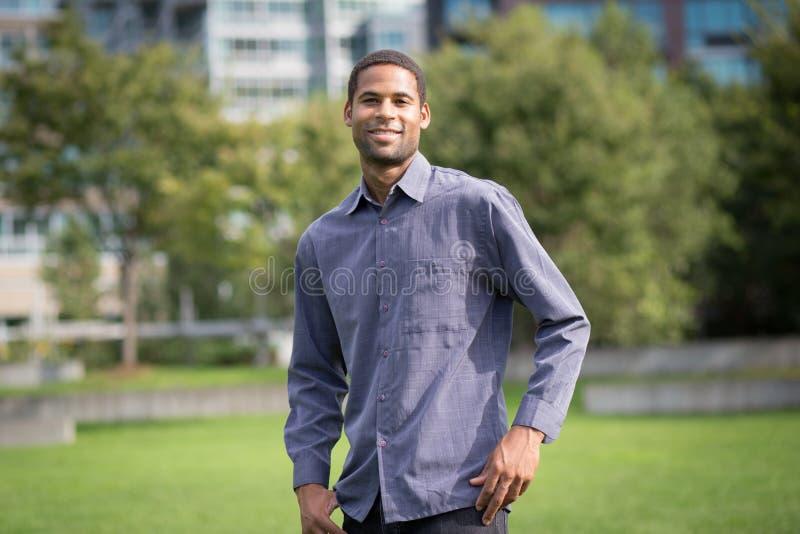 Retrato del hombre afroamericano joven en neighborho residencial fotos de archivo