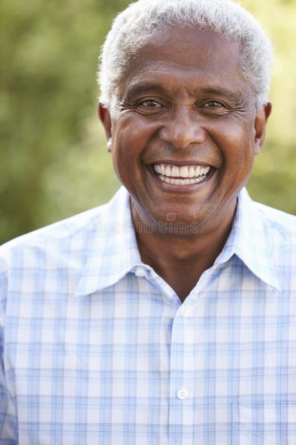 Retrato del hombre afroamericano mayor sonriente, vertical fotografía de archivo