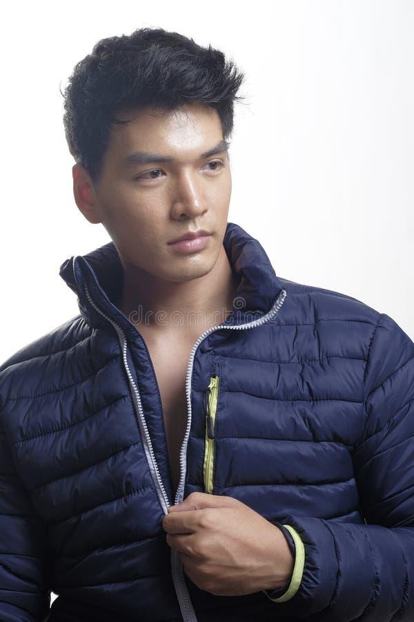 Retrato del hombre asiático en abajo la capa imagen de archivo