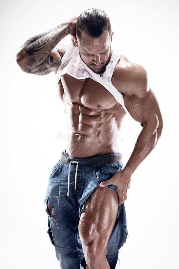 Retrato del hombre atlético fuerte de la aptitud que muestra los músculos grandes fotos de archivo