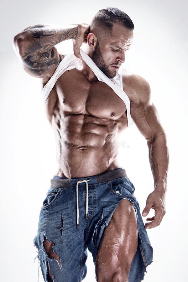 Retrato del hombre atlético fuerte de la aptitud que muestra los músculos grandes fotos de archivo libres de regalías