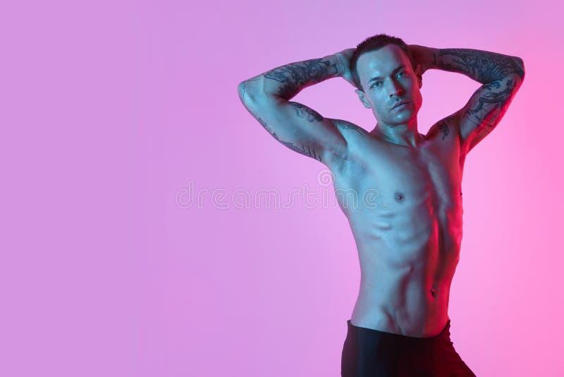 Retrato del hombre atractivo deportivo con el cuerpo muscular perfecto, torso desnudo foto de archivo
