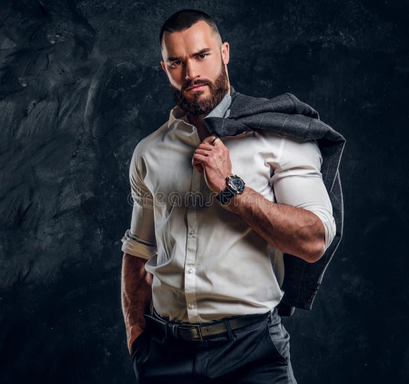 Retrato del hombre atractivo en la camisa blanca imagen de archivo