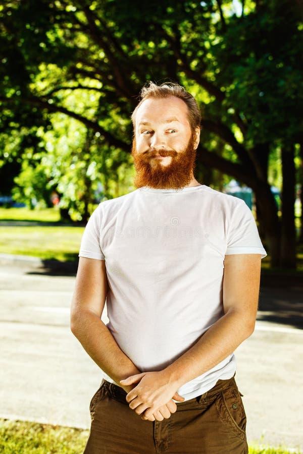 Retrato del hombre barbudo del pelo rojo divertido con la cara curiosa imagenes de archivo