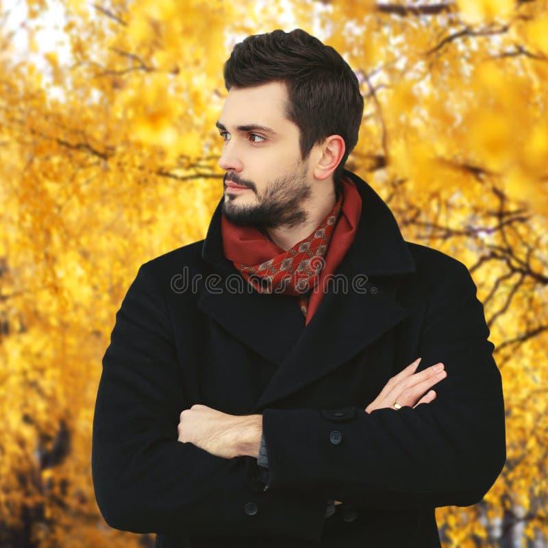 Retrato del hombre barbudo hermoso en parque del otoño imágenes de archivo libres de regalías