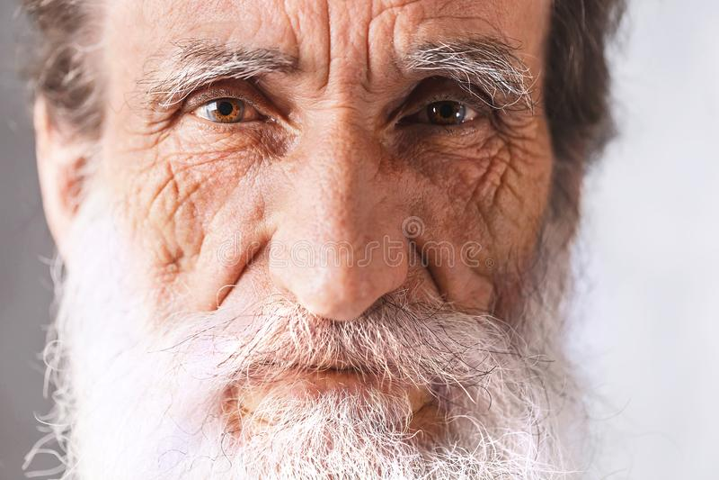 Retrato del hombre barbudo mayor imagenes de archivo