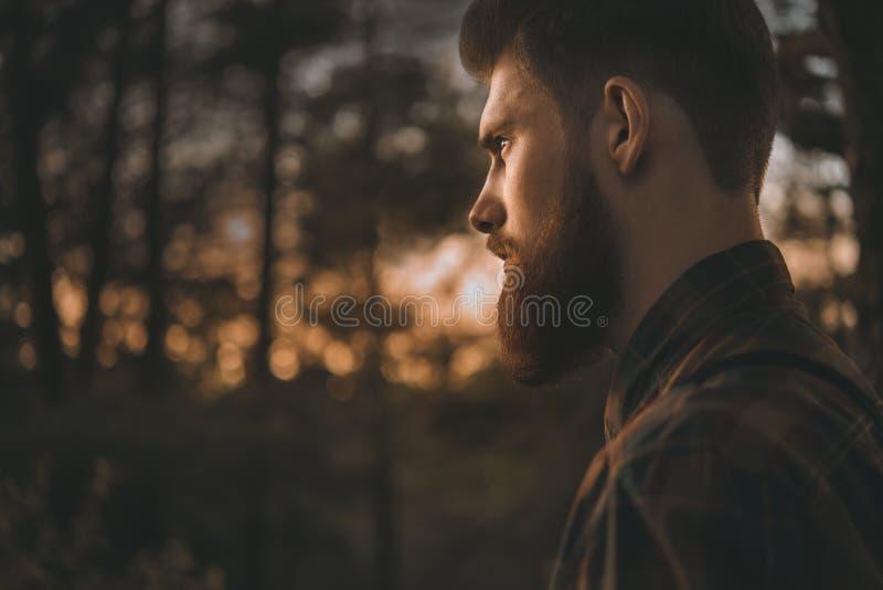 Retrato del hombre barbudo que mira con confianza adelante imagen de archivo libre de regalías