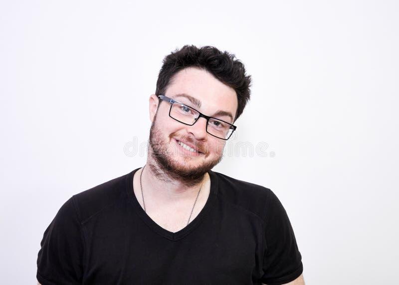 Retrato del hombre barbudo sonriente espontáneo foto de archivo libre de regalías