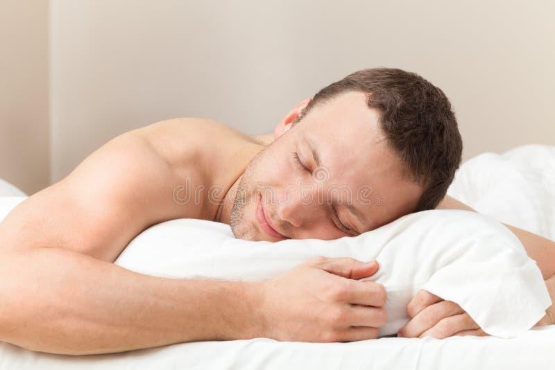 Retrato del hombre caucásico durmiente contento foto de archivo libre de regalías
