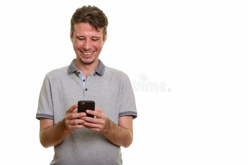 Retrato del hombre caucásico feliz usando el teléfono móvil fotos de archivo libres de regalías