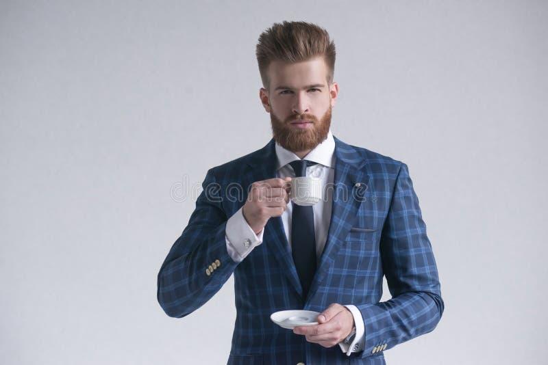 Retrato del hombre con clase elegante rico soñador atractivo serio delicioso contento hermoso elegante que huele el aroma de fres foto de archivo