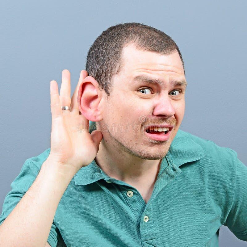 Retrato del hombre con el oído enorme que escucha en el vuelo de prueba imagen de archivo