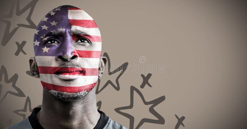 Retrato del hombre con la pintura de la cara de la bandera americana contra fondo marrón con el patte dibujado mano de la estrell foto de archivo