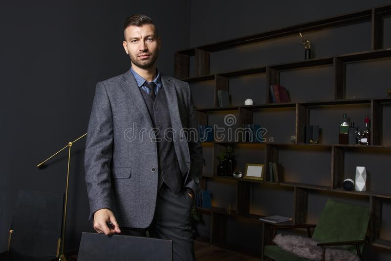 Retrato del hombre confiado de moda en interior lujoso Hombre hermoso en traje elegante en el apartamento de lujo fotografía de archivo libre de regalías