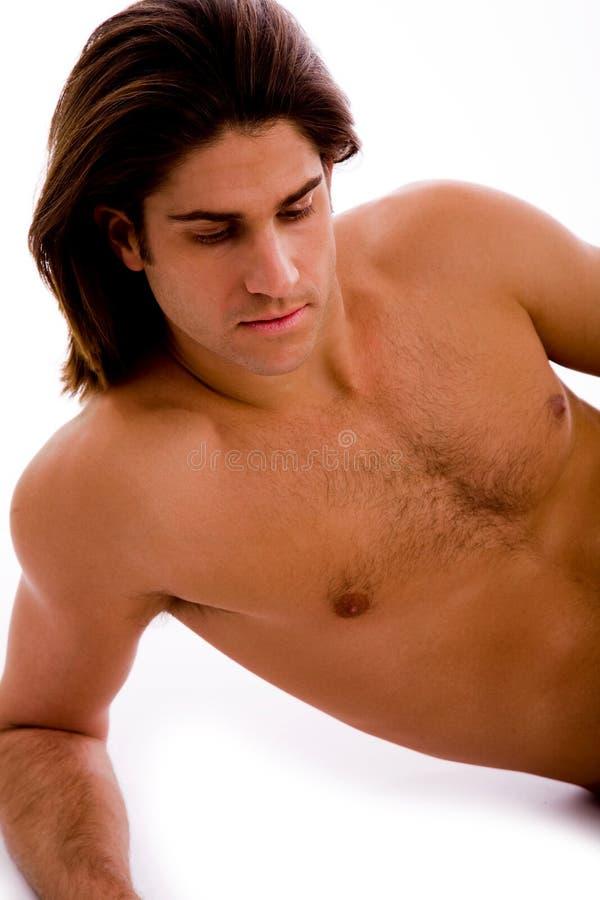 Retrato del hombre de gran alcance que muestra los músculos foto de archivo