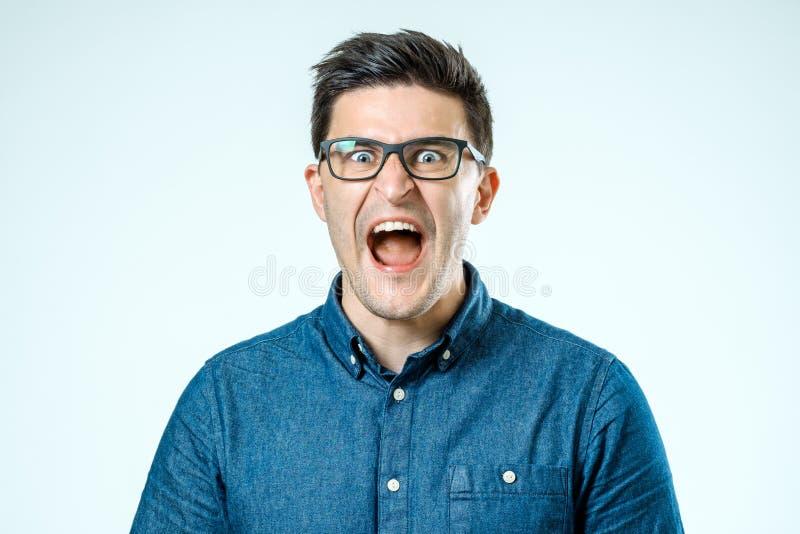 Retrato del hombre de griterío enojado joven imagen de archivo libre de regalías