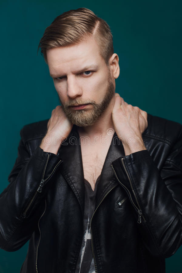 Retrato del hombre de moda hermoso joven con la chaqueta de cuero foto de archivo libre de regalías