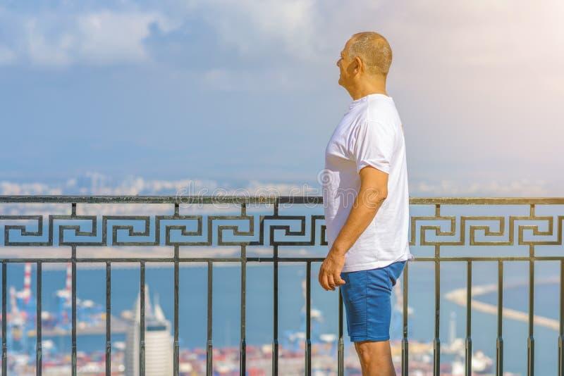 Retrato del hombre de negocios adulto hermoso de vacaciones cerca de un mar imagen de archivo libre de regalías