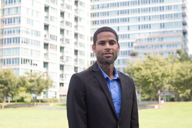 Retrato del hombre de negocios afroamericano joven apuesto adentro fotos de archivo libres de regalías