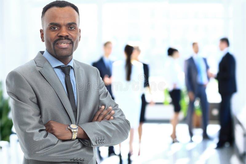 Retrato del hombre de negocios afroamericano sonriente imagenes de archivo