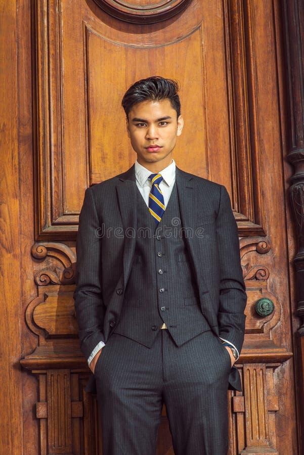 Retrato del hombre de negocios americano asiático joven en Nueva York foto de archivo